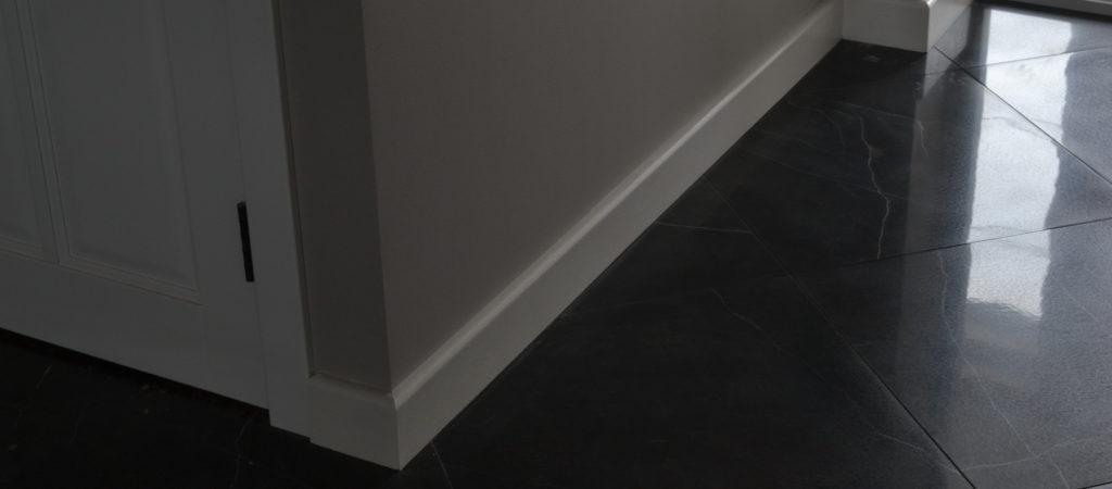 Плинтус белый 100 мм